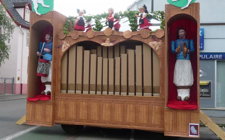 Visitez l'intérieur d'un orgue de barbarie géant