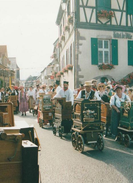 Défilé de tourneurs d'orgue dans les rues de Wintzenheim